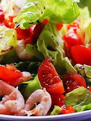 Изысканный салат с креветками и помидорами черри