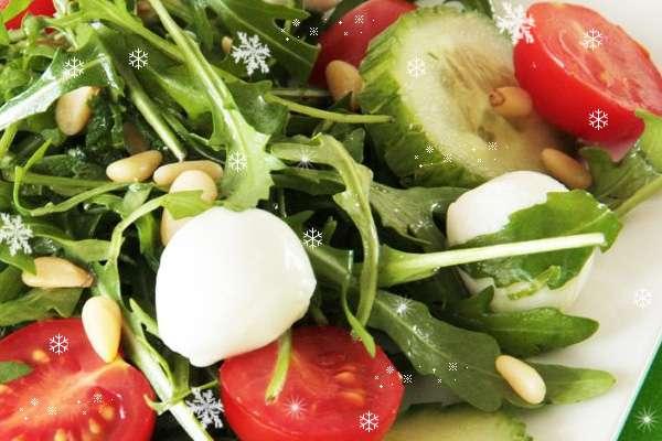 новогодние блюда 2014 года - овощной салат с моцареллой