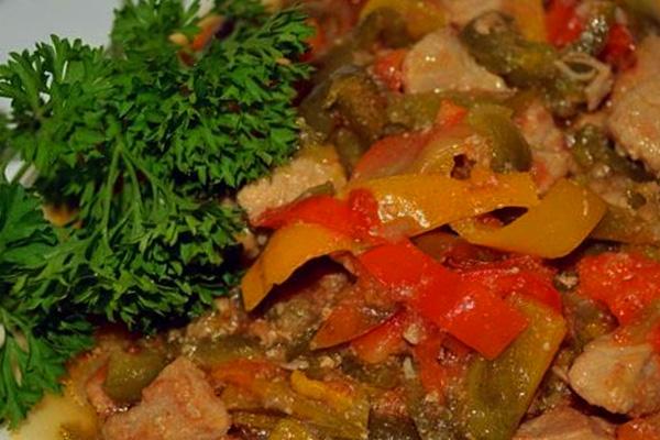 Готовая свинина с перцем и помидорами