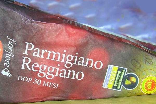 Выбор сыра пармезан в магазине