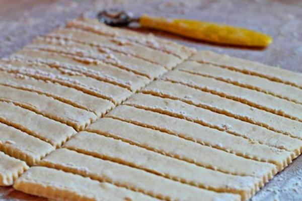 Разрезаем тесто на полоски