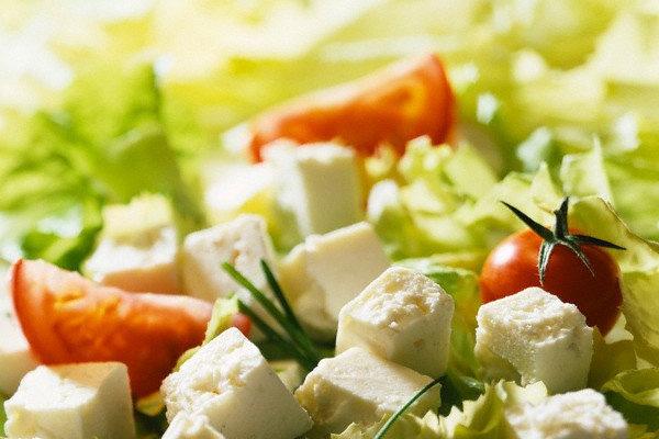 Салат с фетой и помидорами