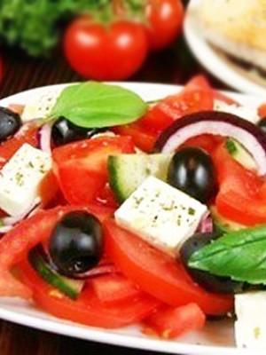 Классический салат с фетой и помидорами