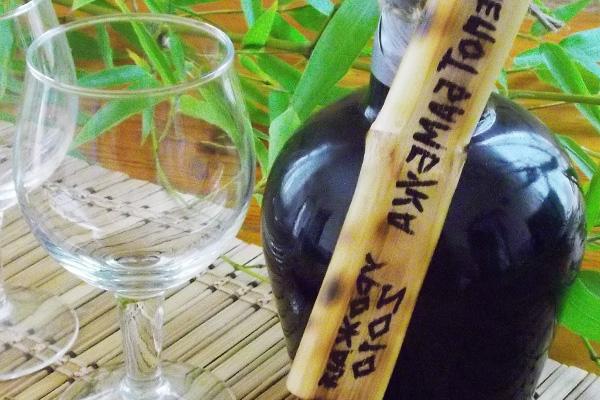 Разливаем вино в подготовленную стеклянную тару