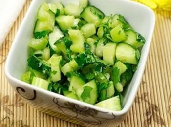 Мясной салат с огурцами и сельдерем