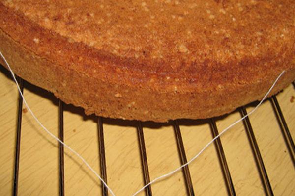 Как ниткой разрезать бисквит