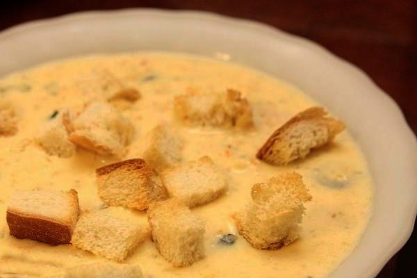 Дополнение супа с семгой и сыром сухариками