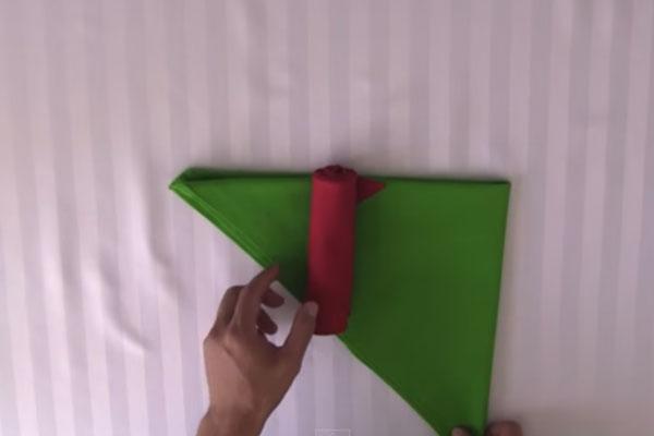 Готовим розочку из салфетки - шаг 6