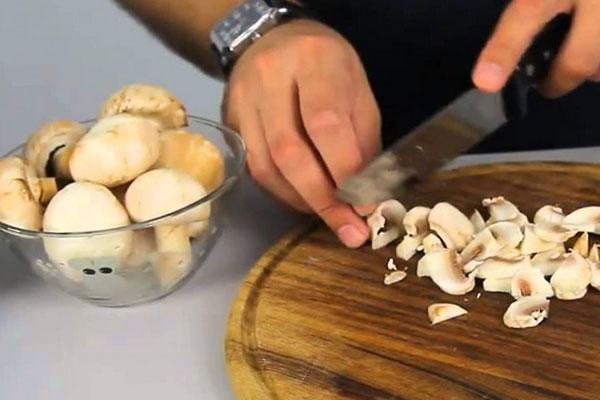 Готовим грибы для рецепта с курицей