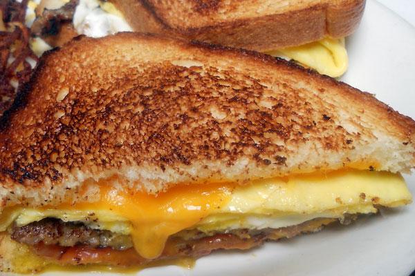 Гренки с желтком и сосисками - частый гость немецкого завтрака