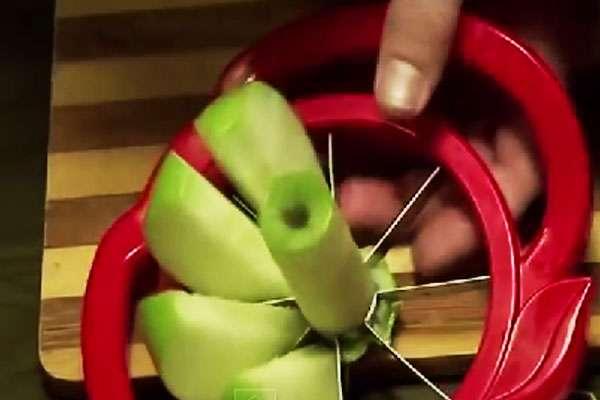 Яблоки моем и режем при помощи машинки