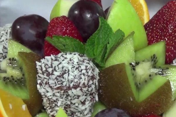 Красивая корзина с фруктами