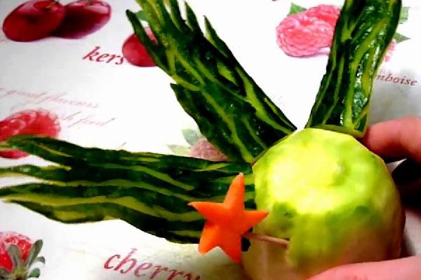 Можно сделать «водоросли» из огурца