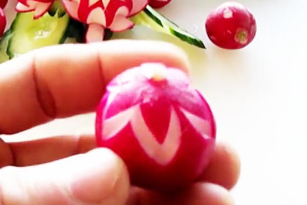 Готовим украшение для блюда в виде цветка редиса