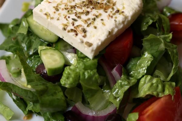 Домашний салат с греческим акцентом