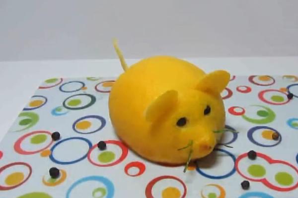 Красивый мышонок из лимона