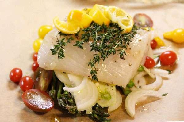 Рыбка на овощной подушке