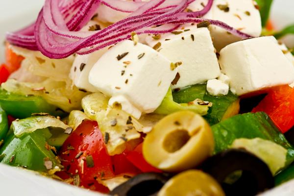 Греческий салат с фетаксой с острой заправкой