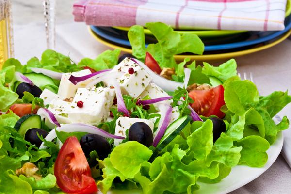 Греческий салат с моцареллой и печеными томатами
