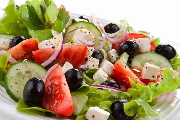 Греческий салат с лимонной заправкой