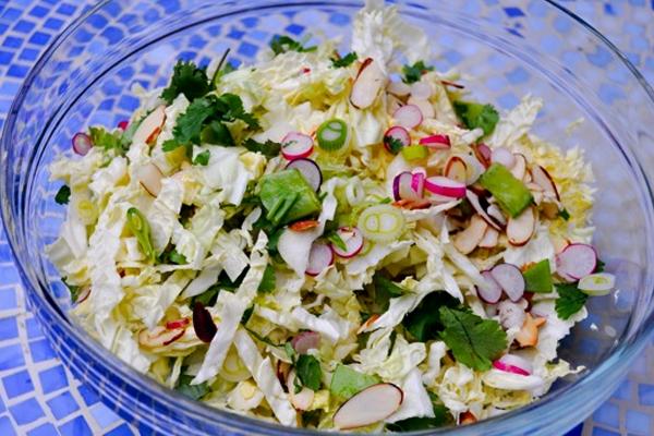 Салат из капусты китайской и редисом