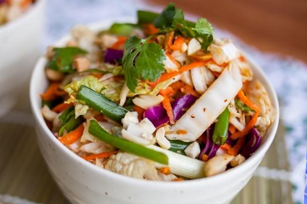 Салат из китайской капусты с зеленью