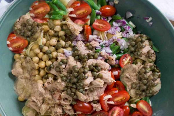 Салат с каперсами, курицей и сельдереем