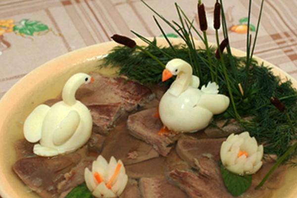"""Оформление заливного из языка """"лебеди в пруду"""""""