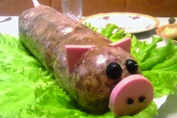Как красиво украсить заливное из свинины