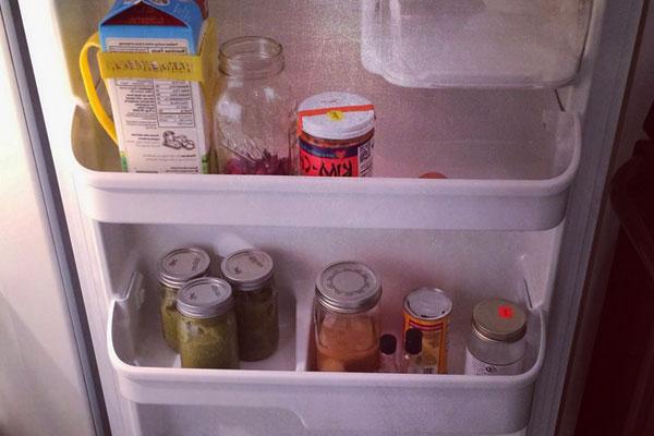 Что можно хранить на дверце холодильника