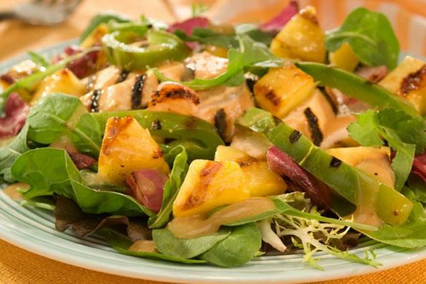 Ананасный салат с огурцами и авокадо