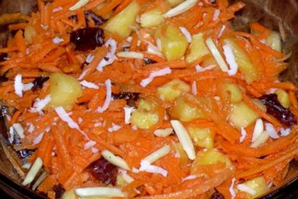 Хрустящий салат с морковью и ананасами