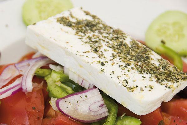 С чем подают греческий салат