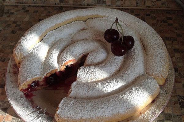 Домашний пирог с вишней на день рождения