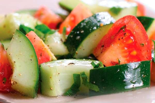 Салат овощной новогодний с сырными шариками