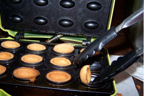 Как испечь домашние орешки со сгущенкой