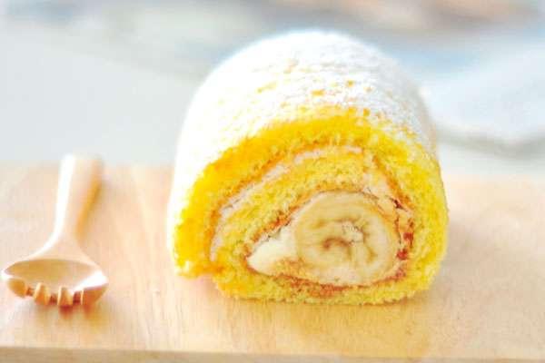 Рулетик из бисквита со сгущенкой и бананом