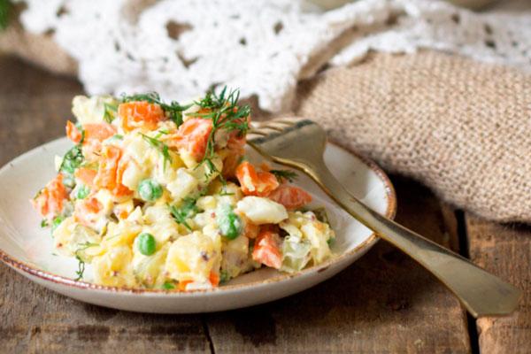 Как сделать салат Оливье с рыбой горячего копчения