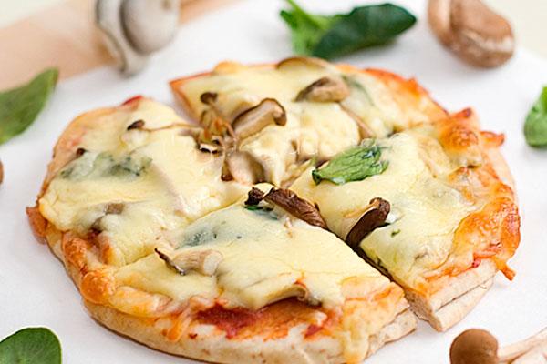 Пицца из толстого лаваша с грибами и голубым сыром
