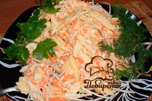 Как сделать классический салат с блинчиками из яиц и ветчиной