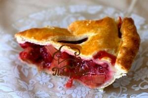 Пирог с яблоками и клубникой