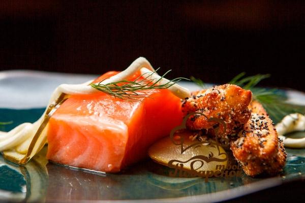 Как вкусно тушить красную рыбу на сковородке