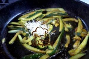 Как пожарить огурцы на сковороде