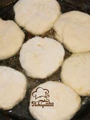 Как пожарить сырники на сковороде дома