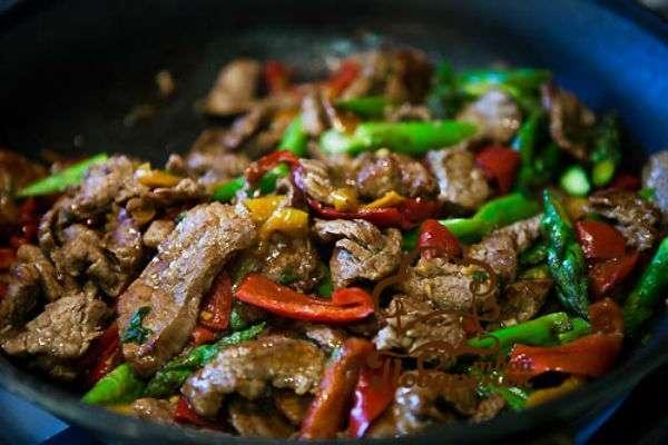 Как вкусно потушить говядину на сковороде