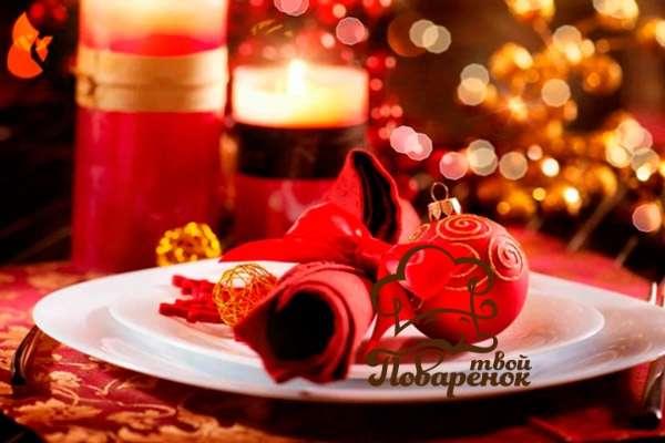 oformlenie-novogodnego-stola-v-krasnom-cvete