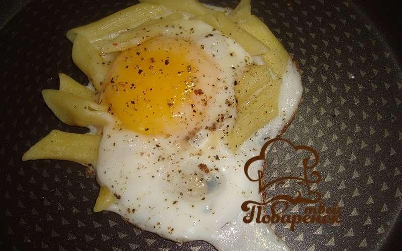 Как следать яичницу с макаронами, пошаговое приготовление