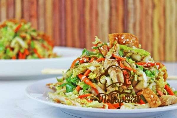 Салат с копчёной куриной грудкой и блинами