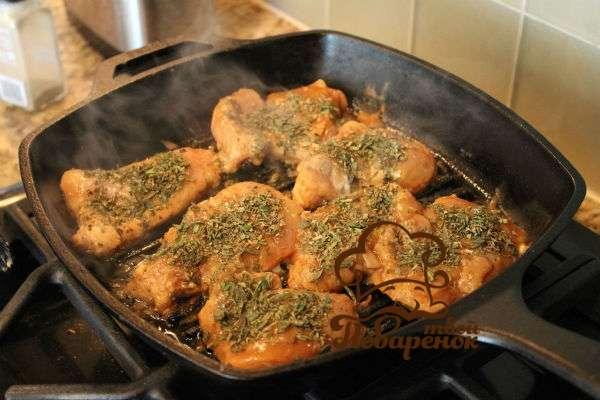Курица с луком на сковороде