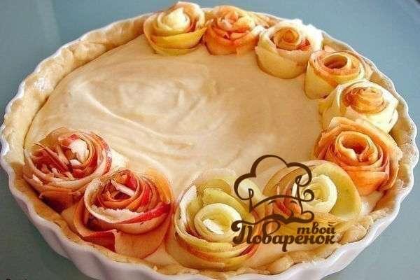 Приготовление открытого пирога с яблоками из дрожжевого теста